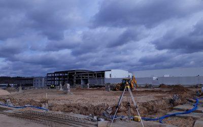 """Zakończyły się roboty przygotowawcze – zniknęły stare elementy konstrukcyjne, a teren został uporządkowany. Wkrótce zacznie """"rosnąć"""" nowa hala."""